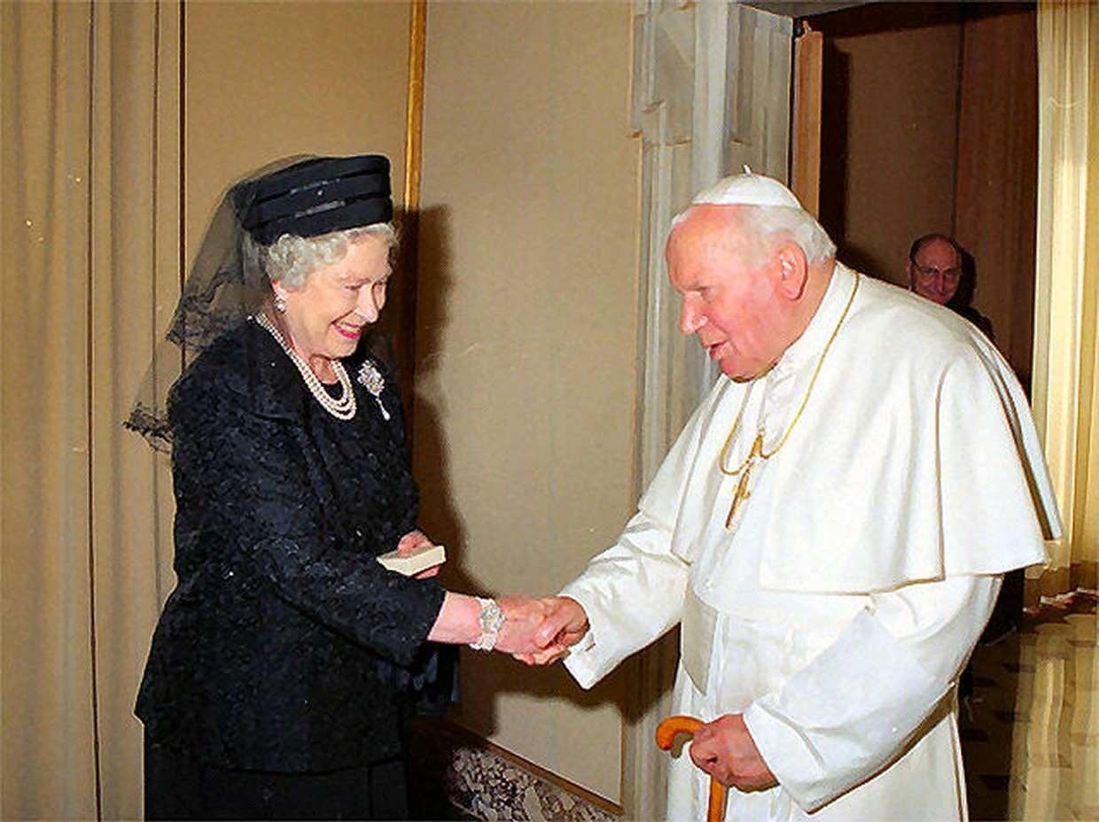 Why Did Queen Elizabeth Ii Wear Black Clothes To Meet The Pope Yahoo Answers